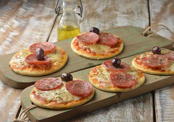 Pizza dois queijos com calabresa e orégano