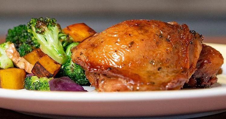 Sobrecoxa de frango com salada quente de vegetais