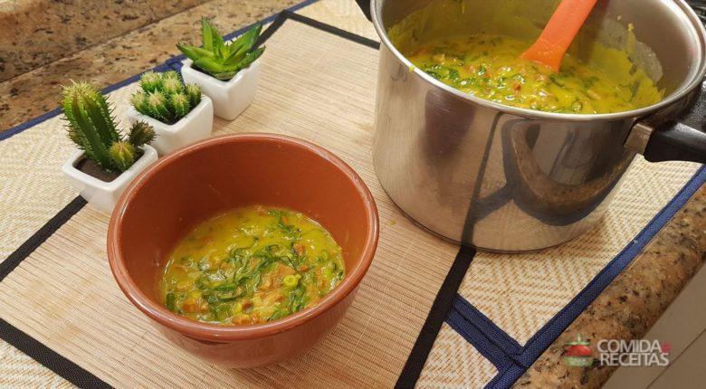 Sopa de mandioca com couve, calabresa e bacon