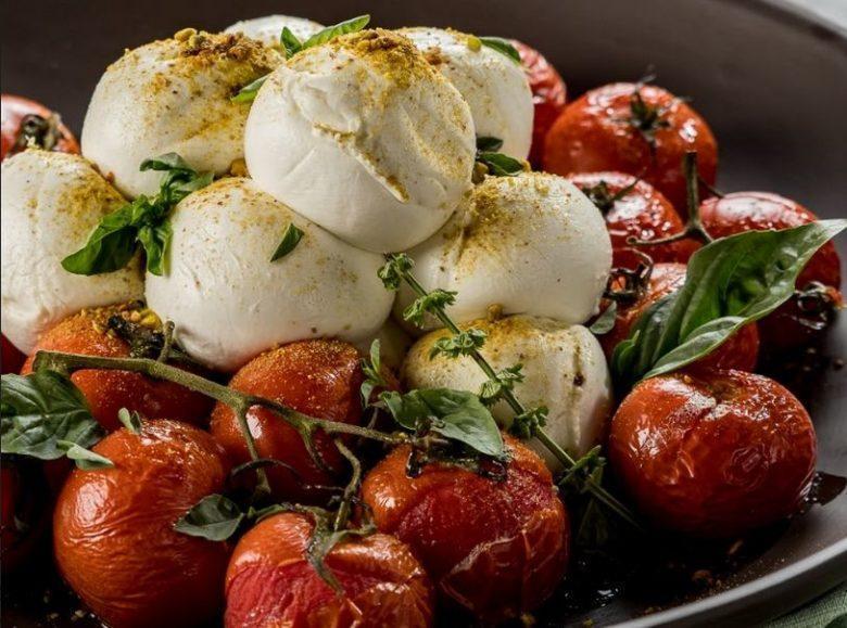 Tomate confit com mozzarella de búfalo e farofa de pistache
