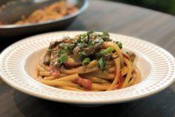 Bucatini com filé mignon, tomatinho e gorgonzola