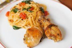Coxa de frango e espaguete com tomatinho e espinafre