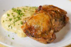 Sobrecoxa de frango com polenta cremosa