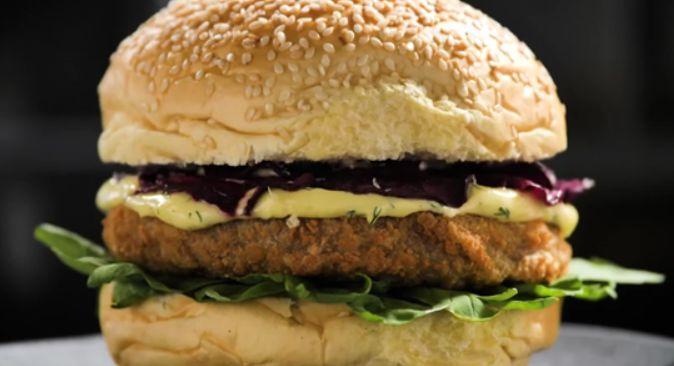 Hambúrguer gourmet de cogumelo e chips de beterraba