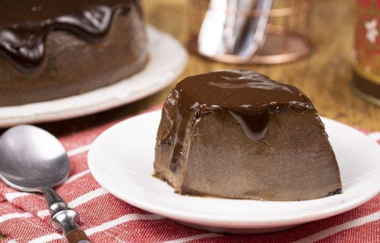 Pudim de chocolate rápido com cobertura