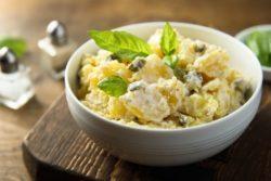 Salada de batata e ovos no vapor
