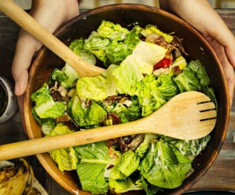 Salada agridoce com molho de açaí