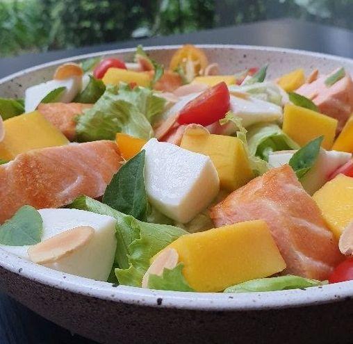 Salada de salmão com manga e mussarela de Búfala
