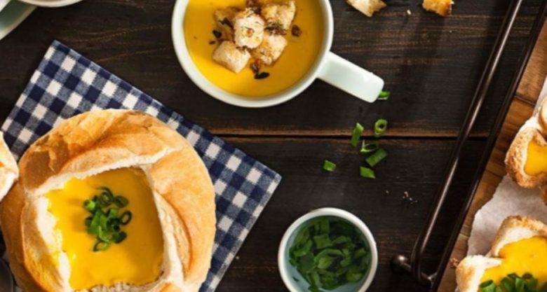 Sopa cremosa de abóbora com pão