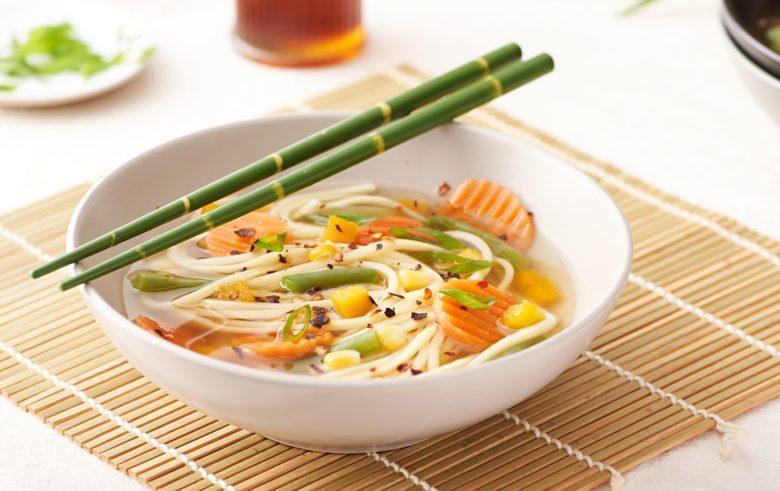 Sopa oriental com mix de vegetais
