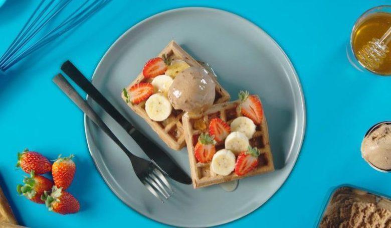 Waffle com sorvete, frutas e mel
