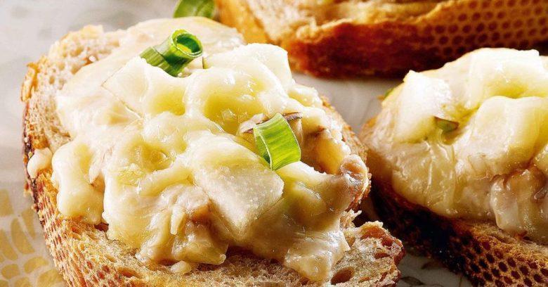 Bruschetta de gorgonzola e pera