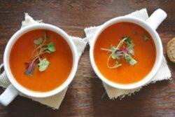 Caldo de tomate vegano