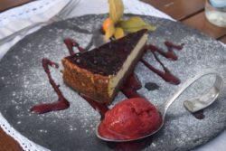 Cheesecake com calda de açaí