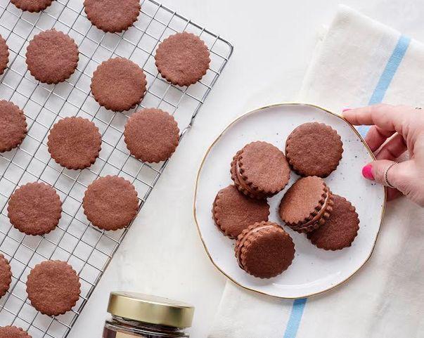 Cookie de chocolate recheado com creme de avelã