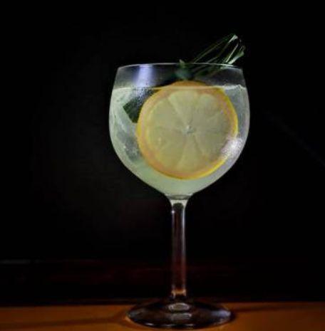 Drink cordial sakê tônica