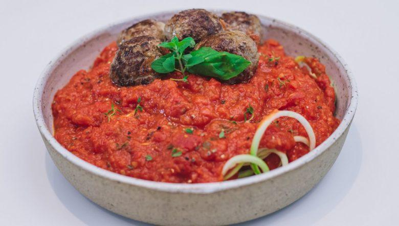 Espaguete de abobrinha no molho com almôndega de carne