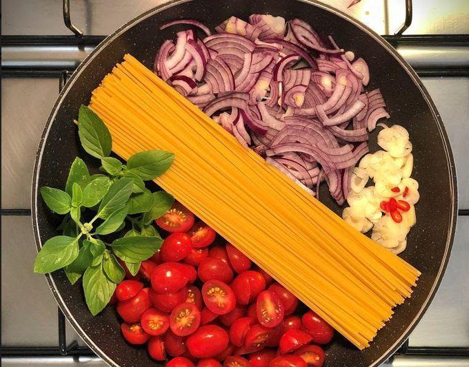 Espaguete com tomatinho e cebola roxa