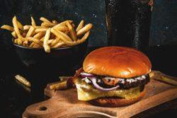 Hambúrguer de costela com molho de cerveja