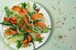 Mix de folhas verdes com damasco e grão de bico