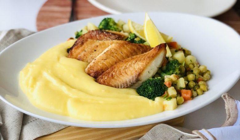Mousseline de mandioca com legumes e peixe
