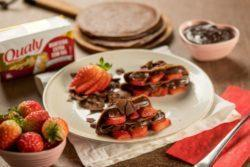 Panqueca de chocolate recheada com ganache de chocolate, morango e creme
