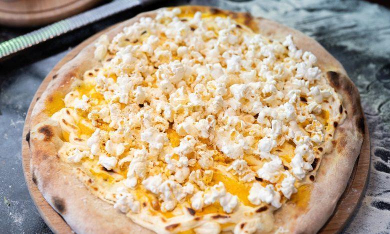 Pizza de queijo cremoso e pipoca