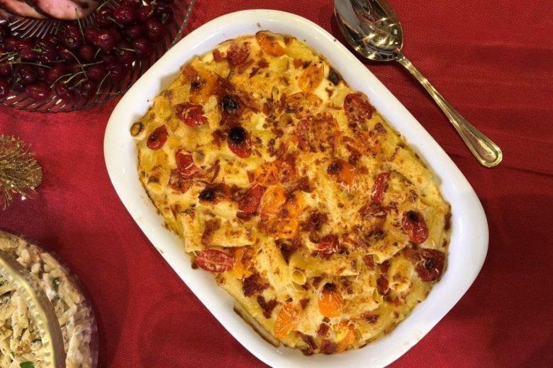 Rigatoni ao forno com molho de queijo Brie, mix de tomatinho e crispy de parma