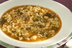 Sopa de grão-de-bico com carne e farofa de biscoito
