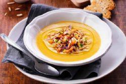 Sopa de vegetais com amêndoas