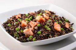 Arroz selvagem com molho de soja e salmão