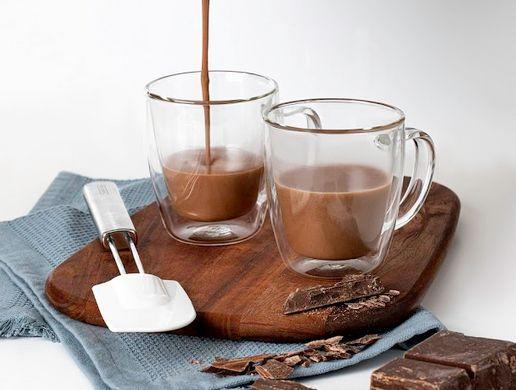 Chocolate quente com pasta de amendoim e chocolate em barra
