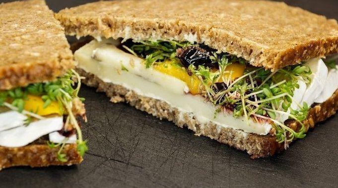 Lanche de peito de peru com queijo branco e molho agridoce de açaí