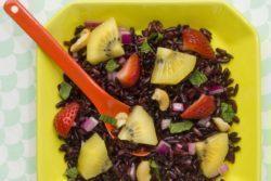 Salada de arroz negro com kiwi