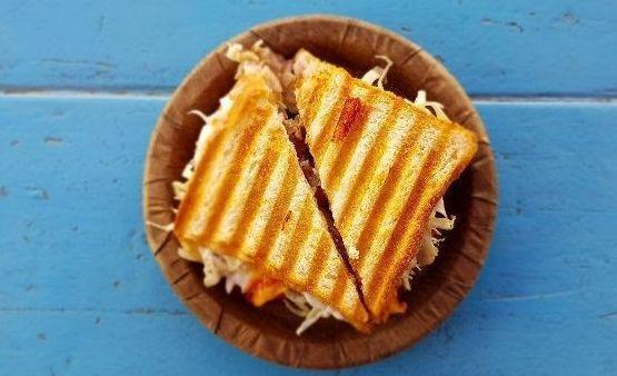 Sanduíche de frango com molho salgado de açaí