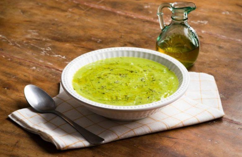 Sopa de ervilha com salsa e cebolinha verde