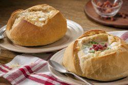 Sopa de queijos no pão italiano