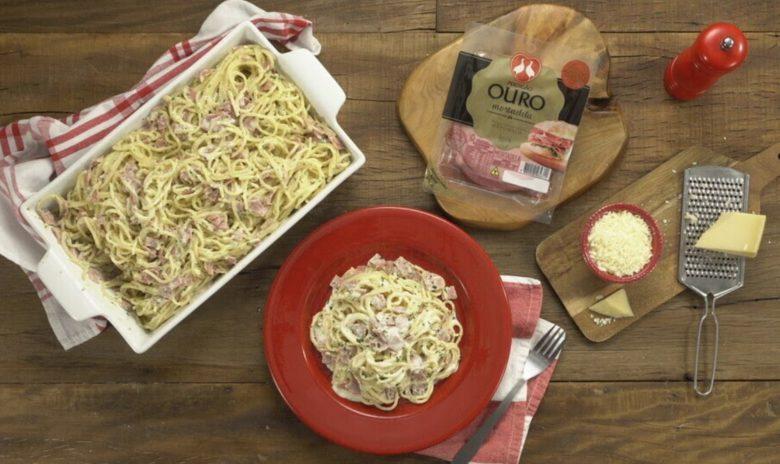 Espaguete à carbonara com mortadela