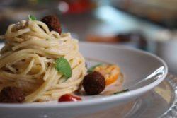 Espaguete com falafel, tomatinho, cebola roxa e coalhada seca