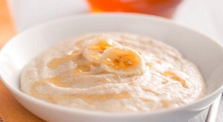 Mingau de aveia, banana e mel com iogurte