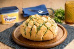 Pão italiano com pasta de alho e queijo