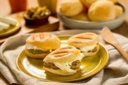 Pão de queijo no tostex com mussarela de búfala e azeitonas