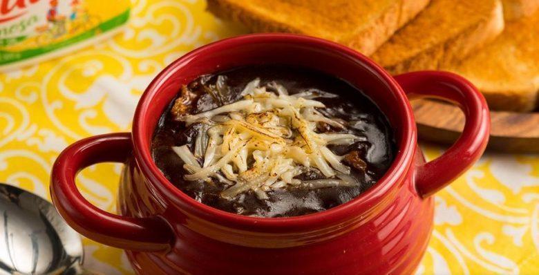 Sopa de cebola gratinada saborosa