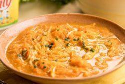 Sopa de cenoura com margarina e frango desfiado