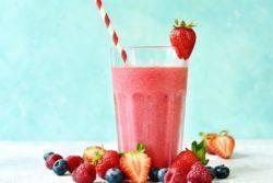 Suco de frutas vermelhas com hortelã