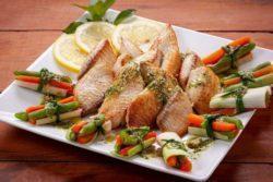 Tilápia ao pesto com broto de legumes