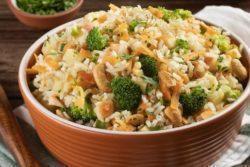 Arroz integral com brócolis, maçã e castanha