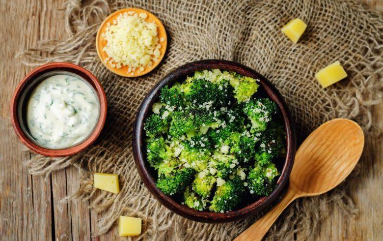 Brócolis assado com alho e parmesão