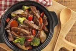 Carne salteada com legumes