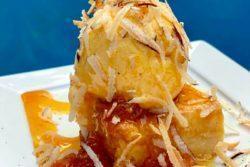 Cocada de forno com calda de abacaxi, sorvete de baunilha e coco queimado